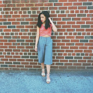 Cómo combinar: collar blanco, sandalias con cuña de crochet blancas, falda pantalón celeste, top corto rosado