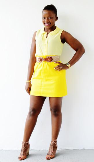 Cómo combinar: correa de cuero en beige, sandalias con cuña de cuero marrón claro, minifalda amarilla, camisa sin mangas amarilla