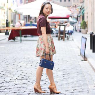 Cómo combinar: cartera de cuero azul marino, sandalias con cuña de cuero marrón claro, minifalda con print de flores blanca, camiseta con cuello en v burdeos