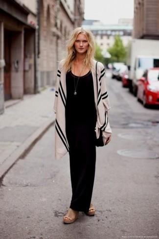 Cómo combinar: bolso bandolera de cuero negro, sandalias con cuña de cuero marrón claro, vestido largo negro, chal de rayas verticales en beige