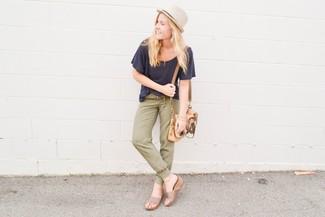 Cómo combinar: bolso bandolera de cuero marrón claro, sandalias con cuña de ante en beige, pantalón de chándal verde oliva, camiseta con cuello circular azul marino