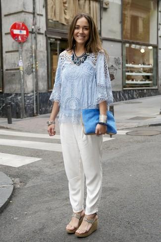 Cómo combinar: cartera sobre de pelo azul, sandalias con cuña de cuero en beige, pantalón de pinzas de seda blanco, blusa de manga corta de crochet celeste