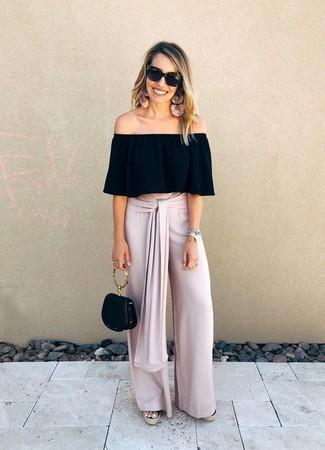 Cómo combinar: cartera de cuero negra, sandalias con cuña de lona negras, pantalones anchos rosados, top con hombros descubiertos negro