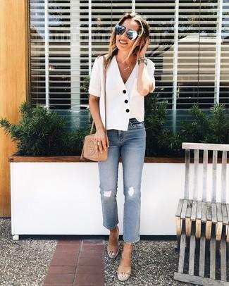Cómo combinar: bolso bandolera de cuero marrón claro, sandalias con cuña de cuero marrón claro, vaqueros desgastados celestes, blusa de manga corta blanca
