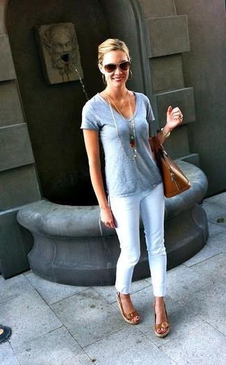 Combinar una camiseta con cuello en v gris: Utiliza una camiseta con cuello en v gris y unos vaqueros pitillo blancos para un almuerzo en domingo con amigos. Sandalias con cuña de cuero marrónes son una opción inigualable para completar este atuendo.