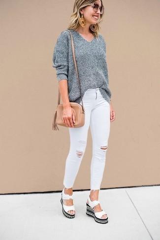 Cómo combinar: bolso bandolera de cuero marrón claro, sandalias con cuña de cuero blancas, vaqueros pitillo desgastados blancos, jersey oversized gris