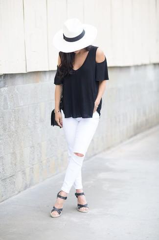 Cómo combinar: bolso bandolera de cuero negro, sandalias con cuña de cuero negras, vaqueros pitillo desgastados blancos, top con hombros descubiertos negro