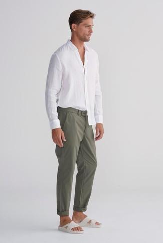Cómo combinar: sandalias de cuero blancas, pantalón chino verde oliva, camisa de manga larga de lino blanca