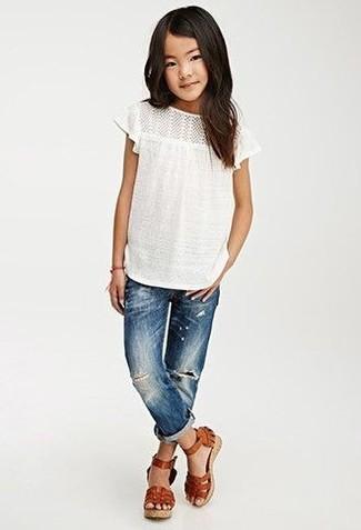 Cómo combinar: sandalias de cuero marrónes, vaqueros azules, camiseta blanca