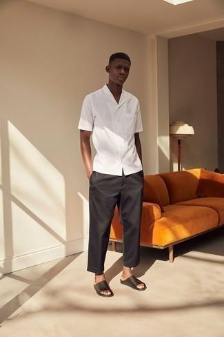 Combinar una camisa de manga corta de rayas verticales blanca: Equípate una camisa de manga corta de rayas verticales blanca con un pantalón chino negro para conseguir una apariencia relajada pero elegante. ¿Quieres elegir un zapato informal? Completa tu atuendo con sandalias de cuero negras para el día.