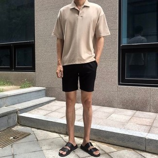 Combinar una camisa polo: Intenta combinar una camisa polo con unos pantalones cortos negros para lidiar sin esfuerzo con lo que sea que te traiga el día. Sandalias de cuero negras añadirán interés a un estilo clásico.