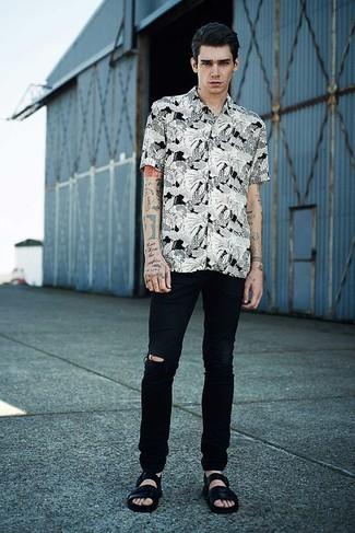 Combinar unos vaqueros desgastados negros: Elige una camisa de manga corta con print de flores en blanco y negro y unos vaqueros desgastados negros para un look agradable de fin de semana. ¿Quieres elegir un zapato informal? Haz sandalias de cuero negras tu calzado para el día.