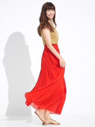 Cómo combinar: sandalias de dedo de cuero marrón claro, falda larga plisada roja, blusa sin mangas marrón claro