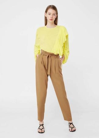 Cómo combinar: sandalias de dedo de cuero negras, pantalón de pinzas marrón claro, blusa de manga larga amarilla