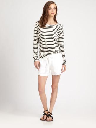 Cómo combinar: sandalias de dedo de cuero negras, pantalones cortos blancos, camiseta de manga larga de rayas horizontales en blanco y negro