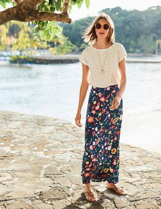 Cómo combinar: gafas de sol amarillas, sandalias de dedo de cuero marrón claro, falda larga con print de flores azul marino, camiseta con cuello circular a lunares blanca