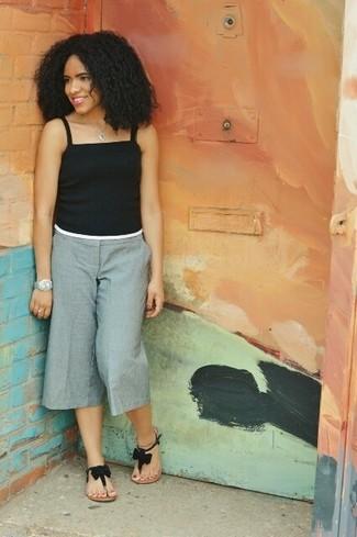 Cómo combinar: colgante celeste, sandalias de dedo de ante negras, falda pantalón gris, camiseta sin manga negra
