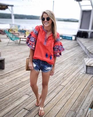 Cómo combinar: bolso bandolera de cuero marrón claro, sandalias de dedo de cuero marrón claro, pantalones cortos vaqueros desgastados azules, blusa campesina bordada roja