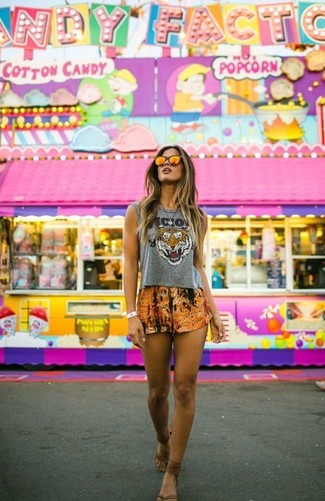 Cómo combinar: gafas de sol naranjas, sandalias de dedo de cuero marrónes, pantalones cortos estampados naranjas, top corto estampado gris