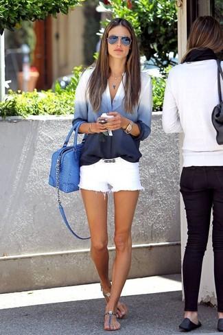 Cómo combinar: bolsa tote de cuero azul, sandalias de dedo de cuero azules, pantalones cortos vaqueros blancos, camisa de vestir efecto teñido anudado en blanco y azul marino