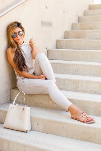 Cómo combinar: bolsa tote de cuero en beige, sandalias de dedo de cuero marrón claro, pantalones pitillo en beige, blusa sin mangas en beige