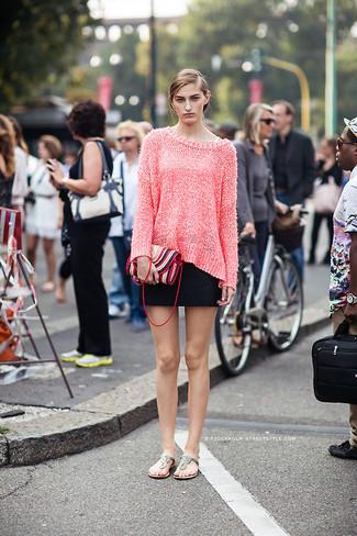 Combinar un jersey oversized rosa: Un jersey oversized rosa y una minifalda negra son una opción excelente para el fin de semana. Si no quieres vestir totalmente formal, complementa tu atuendo con sandalias de dedo de cuero plateadas.