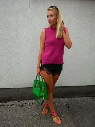 Cómo combinar: bolsa tote de cuero verde, sandalias de dedo de cuero rosa, pantalones cortos de encaje negros, blusa sin mangas rosa