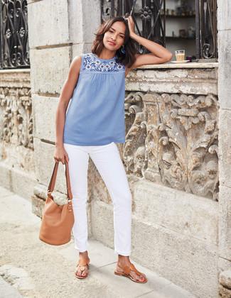 Cómo combinar: mochila con cordón de cuero marrón claro, sandalias de dedo de cuero marrón claro, vaqueros blancos, blusa sin mangas bordada celeste