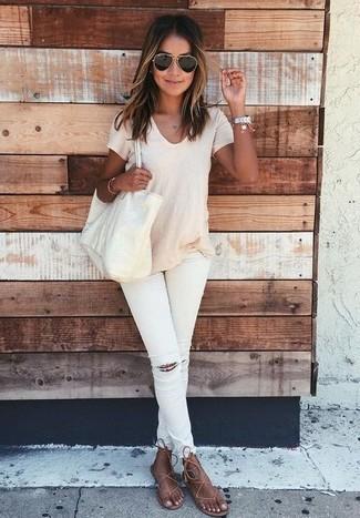Cómo combinar: bolsa tote de cuero en beige, sandalias de dedo de cuero marrónes, vaqueros pitillo desgastados blancos, camiseta con cuello circular en beige