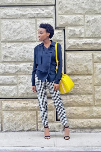 Combinar un bolso de hombre de cuero amarillo: Una blusa de botones azul marino y un bolso de hombre de cuero amarillo son una opción excelente para el fin de semana. Sandalias de tacón de cuero azul marino son una opción muy buena para completar este atuendo.