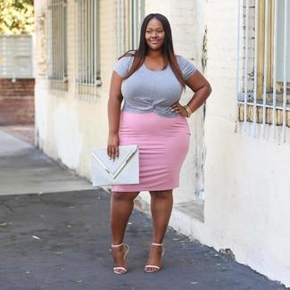 Cómo combinar: cartera sobre de cuero gris, sandalias de tacón de cuero blancas, falda lápiz rosada, camiseta con cuello circular gris