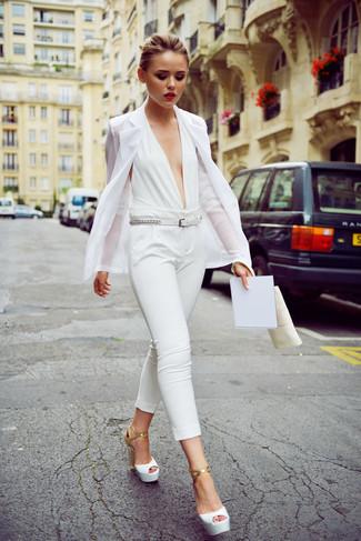 Cómo combinar: correa de cuero blanca, sandalias de tacón de cuero blancas, mono blanco, blazer blanco
