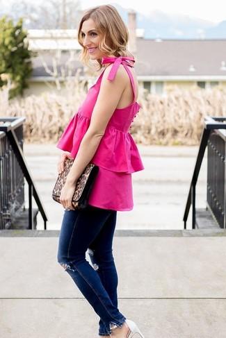 Cómo combinar: cartera sobre de cuero de leopardo marrón, sandalias de tacón de cuero blancas, vaqueros pitillo desgastados azul marino, blusa sin mangas con volante rosa