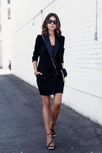 Cómo combinar: bolso bandolera de ante negro, sandalias de tacón de ante negras, camiseta sin manga negra, vestido de esmoquin negro