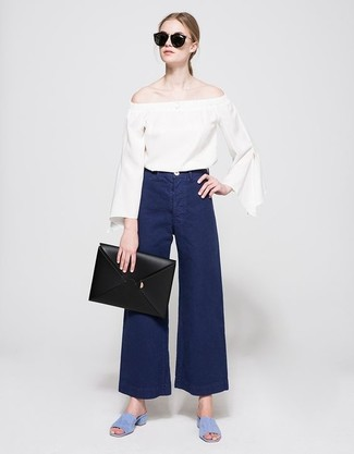 Cómo combinar: cartera sobre de cuero negra, sandalias de tacón de ante celestes, pantalones anchos vaqueros azul marino, top con hombros descubiertos blanco