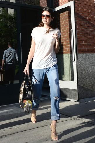Cómo combinar: sandalias de tacón de ante en beige, vaqueros boyfriend desgastados celestes, camiseta con cuello circular blanca