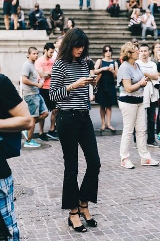 Cómo combinar: sandalias de tacón de ante negras, vaqueros de campana negros, camiseta de manga larga de rayas horizontales en negro y blanco