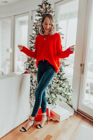 Combinar unas sandalias de tacón de ante negras: Utiliza un jersey oversized de punto rojo y unos vaqueros pitillo en verde azulado transmitirán una vibra libre y relajada. Completa el look con sandalias de tacón de ante negras.