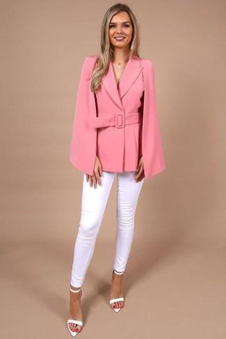 Outfits mujeres en primavera 2020: Usa un blazer estilo capa rosa y unos vaqueros pitillo blancos para una apariencia fácil de vestir para todos los días. Sandalias de tacón de cuero blancas son una opción perfecta para complementar tu atuendo. Un atuendo fantastico para esta primavera.