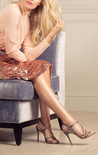 Cómo combinar: sandalias de tacón de cuero con adornos doradas, falda lápiz de lentejuelas dorada, jersey de cuello alto en beige