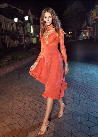 Cómo combinar: sandalias de tacón de cuero doradas, vestido midi de encaje naranja