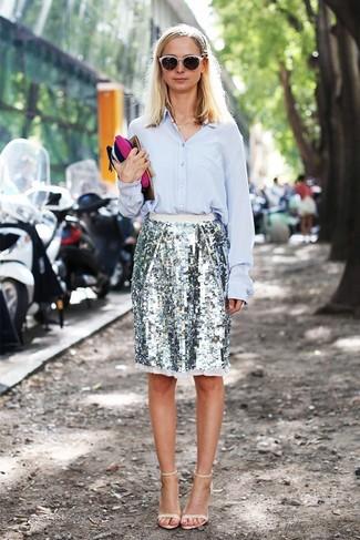 Cómo combinar: sandalias de tacón de cuero en beige, falda lápiz de lentejuelas plateada, camisa de vestir celeste