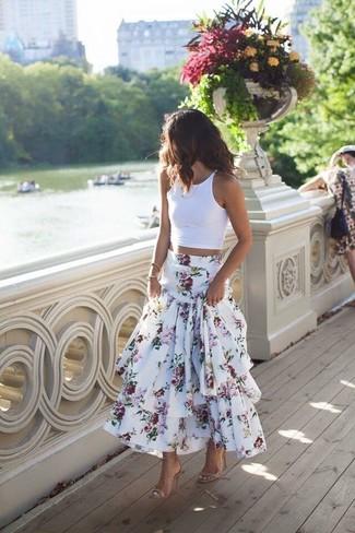 Cómo combinar: sandalias de tacón de cuero en beige, falda larga con print de flores blanca, top corto blanco