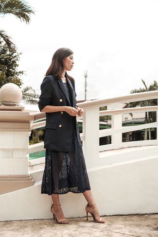 Cómo combinar: sandalias de tacón de cuero en beige, vestido midi de encaje negro, blazer cruzado negro