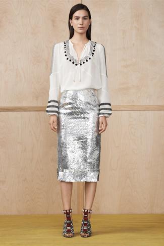 Cómo combinar: sandalias de tacón de cuero con print de serpiente en blanco y negro, falda lápiz de lentejuelas plateada, blusa campesina estampada en blanco y negro