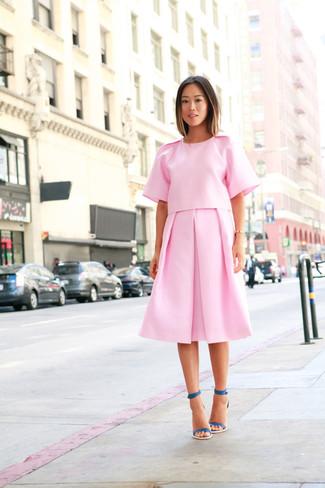 Cómo combinar: sandalias de tacón de cuero en verde azulado, falda midi plisada rosada, blusa de manga corta rosada