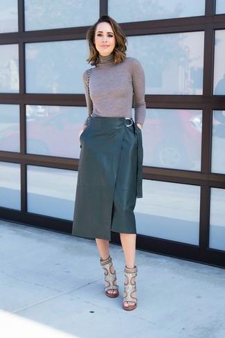 Cómo combinar: sandalias de tacón de cuero con print de serpiente grises, falda lápiz de cuero verde oscuro, jersey de cuello alto gris