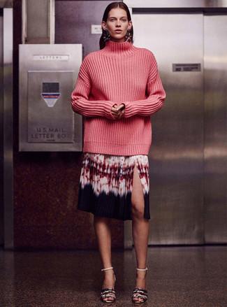Cómo combinar: sandalias de tacón de cuero con print de serpiente grises, falda midi efecto teñido anudado en multicolor, jersey de cuello alto de punto rosa