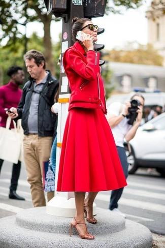 Cómo combinar: sandalias de tacón de cuero marrón claro, falda campana roja, chaqueta motera de cuero roja