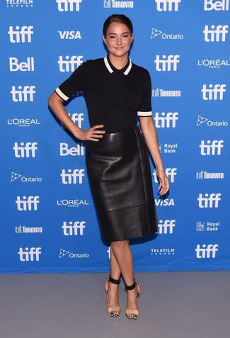 Cómo combinar: sandalias de tacón de cuero marrón claro, falda lápiz de cuero negra, camisa polo negra